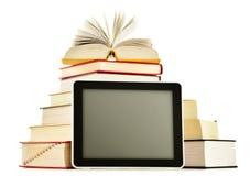 Sammansättning med böcker och minnestavladatoren på vit Royaltyfri Bild