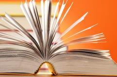 Sammansättning med böcker på tabellen Royaltyfri Bild