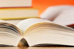 Sammansättning med böcker på tabellen Arkivbilder