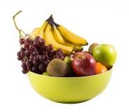 Sammansättning med blandade frukter i den stora bunken som isoleras på vit Arkivfoton