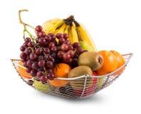Sammansättning med blandade frukter i korgen som isoleras på vit Arkivbilder