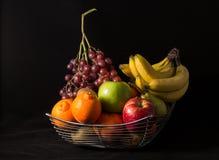 Sammansättning med blandade frukter i stor bunke på vit Royaltyfria Foton