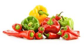Sammansättning med blandade peppar på vit Arkivbilder