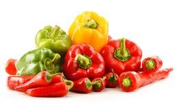 Sammansättning med blandade peppar på vit Royaltyfri Foto