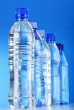 Sammansättning med blandade plast- flaskor av mineralvatten Arkivbilder