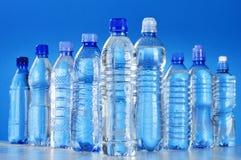 Sammansättning med blandade plast- flaskor av mineralvatten Arkivfoto