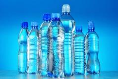 Sammansättning med blandade plast- flaskor av mineralvatten Arkivfoton