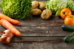 Sammansättning med blandade rå organiska grönsaker royaltyfria foton