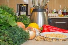 Sammansättning med blandade rå organiska grönsaker Detoxen bantar royaltyfria bilder
