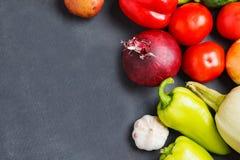 Sammansättning med blandade rå organiska grönsaker kopiera avstånd royaltyfri fotografi