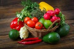 Sammansättning med blandade rå organiska grönsaker och frukter Royaltyfri Fotografi