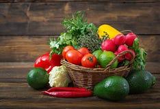 Sammansättning med blandade rå organiska grönsaker och frukter Royaltyfria Bilder