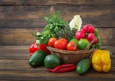 Sammansättning med blandade rå organiska grönsaker och frukter Royaltyfri Foto