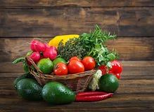 Sammansättning med blandade rå organiska grönsaker och frukter Royaltyfri Bild