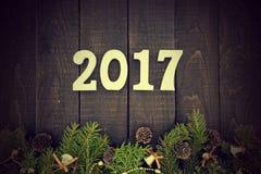 Sammansättning med den dekorerade julgranen och numrerar 2017 som ett s Arkivfoton
