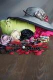 Sammansättning med den gröna påsen och hatten Royaltyfria Bilder