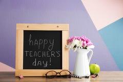 Sammansättning med den lilla svart tavlan för dag för lärare` s fotografering för bildbyråer