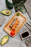 Sammansättning med den smakliga sushi royaltyfria bilder