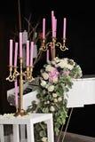 Sammansättning med det vita pianot och stearinljus royaltyfria foton