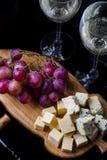 Sammansättning med druvan, vin och ost royaltyfri fotografi