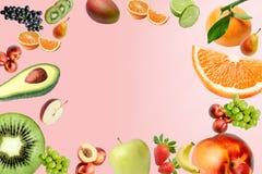 Sammansättning med en stor variation av olika frukter genom hela fältet av ramen St?lle f?r text i mitt vektor illustrationer