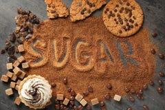 Sammansättning med farin och variation av sötsaker arkivbilder