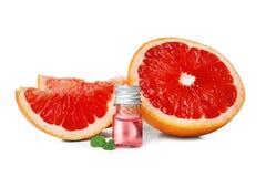 Sammansättning med flaskan av nödvändig olja för grapefrukt arkivbilder