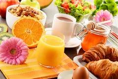 Sammansättning med frukosten på tabellen Balnced bantar Arkivfoto