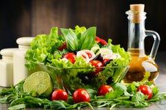 Sammansättning med grönsaksalladbunken allsidigt banta royaltyfria bilder