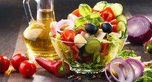 Sammansättning med grönsaksalladbunken allsidigt banta royaltyfri fotografi