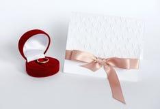 Sammansättning med handgjort kort utföra i relief hjärtor och ask med wedd Royaltyfri Foto
