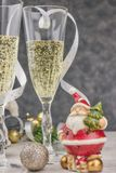 Sammansättning med julpynt och exponeringsglas som fylls med brusandechampagne nytt år tabelltema horisontalsikt som är tät royaltyfri foto