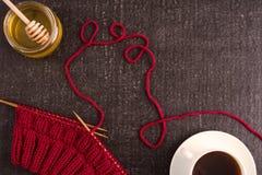 Sammansättning med kaffe, honung och handarbete arkivfoton
