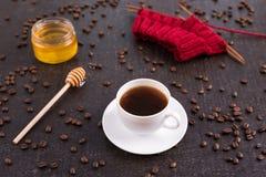 Sammansättning med kaffe, honung och handarbete royaltyfri fotografi