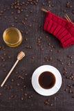 Sammansättning med kaffe, honung och handarbete royaltyfria foton