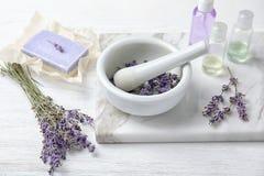 Sammansättning med lavendelblommor och naturliga kosmetiska produkter royaltyfri foto