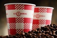 Sammansättning med Le Crobag kaffekoppar och bönor Royaltyfria Foton