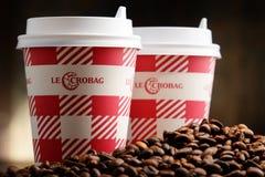 Sammansättning med Le Crobag kaffekoppar och bönor Royaltyfri Bild