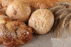 Sammansättning med loaves av bröd och rullar royaltyfria foton