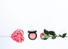 Sammansättning med makeupskönhetsmedel och blommor på vit bakgrund royaltyfria bilder