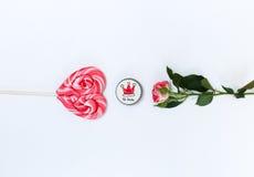Sammansättning med makeupskönhetsmedel och blommor på vit bakgrund fotografering för bildbyråer