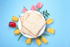 Sammansättning med matzoen och blommor på färgbakgrund, bästa sikt royaltyfri fotografi