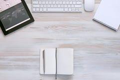 Sammansättning med moderna elektronik- och brevpapperobjekt i Wood bakgrund Royaltyfri Fotografi