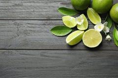 Sammansättning med nya mogna limefrukter Royaltyfri Fotografi
