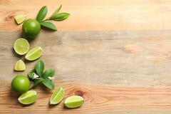 Sammansättning med nya mogna limefrukter Arkivfoton