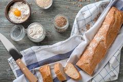Sammansättning med nytt smakligt bröd på träbakgrund fotografering för bildbyråer