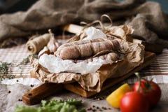 Sammansättning med olik kryddor och mortel på mörk träbakgrund Arkivfoton