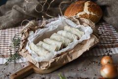 Sammansättning med olik kryddor och mortel på mörk träbakgrund Royaltyfria Foton