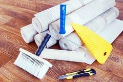 Sammansättning med olika hjälpmedel för hem- reparation och rullar av tapeten Arkivfoton
