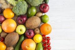 Sammansättning med olika nya organiska frukter och grönsaker arkivbild